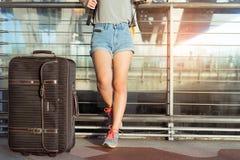 Voyageur asiatique de jeune fille marchant avec le transport Photo stock