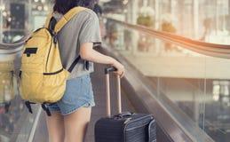 Voyageur asiatique de jeune fille marchant avec le transport Photographie stock libre de droits