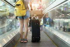 Voyageur asiatique de jeune fille marchant avec le transport Photographie stock