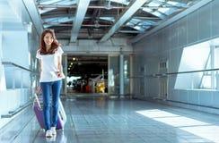 Voyageur asiatique de jeune fille marchant avec le transport Photos stock