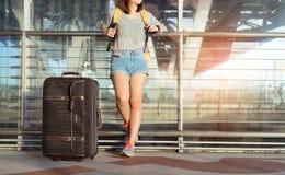 Voyageur asiatique de jeune fille se tenant avec le transport Photographie stock
