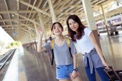 Voyageur asiatique de jeune fille trouvant ensemble l'ami Image libre de droits