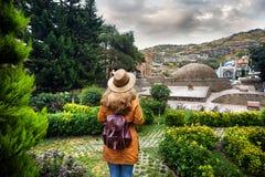 Voyageur au secteur d'Abanotubani de Tbilisi Photographie stock