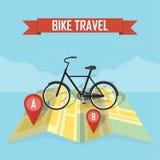 Voyageur avec la bicyclette sur le fond de carte Photos stock