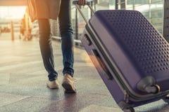 Voyageur avec la valise dans le concept d'aéroport Images libres de droits