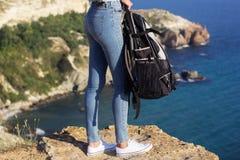 Voyageur avec le sac à dos dans des ses mains Photo stock