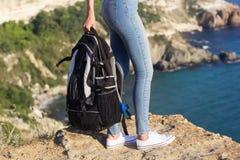 Voyageur avec le sac à dos noir dans des ses mains Image libre de droits