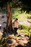 Voyageur barbu heureux d'homme avec le sac à dos marchant en tourisme de forêt, voyage, aventure, concept de hausse - jeune homme images libres de droits