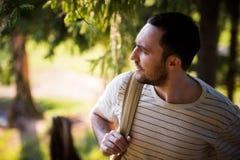 Voyageur barbu heureux d'homme avec le sac à dos marchant en tourisme de forêt, voyage, aventure, concept de hausse - jeune homme photo libre de droits