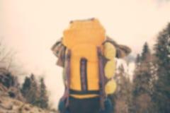 Voyageur brouillé d'homme de fond avec la détente de sac à dos extérieure Images stock