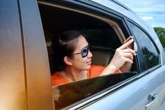 Voyageur capturant un moment parfait de voyage par la route des vacances de voyage Photographie stock