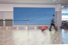 Voyageur d'aéroport avec le signe de ciel bleu photos stock