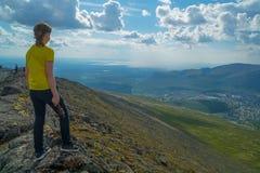 Voyageur d'adolescent appréciant la vue de Kirovsk et de Khibiny images libres de droits