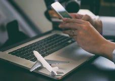 Voyageur d'affaires à l'aide du téléphone pour réserver son voyage photo libre de droits