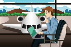 Voyageur d'affaires attendant dans l'aéroport Photographie stock libre de droits