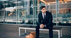 Voyageur d'affaires attendant dehors à l'aéroport Photo stock