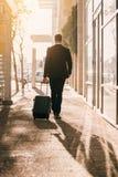 Voyageur d'affaires avec la valise en dehors de l'aéroport Image libre de droits