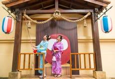 Voyageur d'amies utilisant le kimono traditionnel image libre de droits