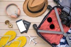 Voyageur d'habillement \ 'passeport de s, portefeuille, verres, téléphone intelligent devic images libres de droits