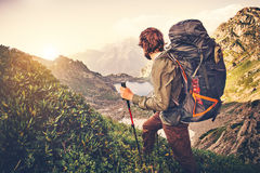 Voyageur d'homme avec le grand concept de mode de vie de voyage d'alpinisme de sac à dos image libre de droits