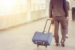 Voyageur d'homme d'affaires et de femme d'affaires avec le bagage au fond de ville, gens d'affaires de ville de marche de banlieu Photographie stock