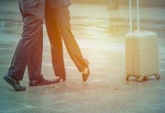 Voyageur d'homme d'affaires se tenant avec les chaussures et d'amie noirs a Image stock