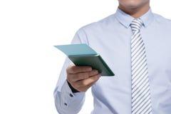 Voyageur d'homme d'affaires tenant le billet de passeport et d'avion Image libre de droits