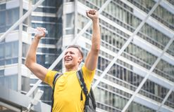 Voyageur d'homme de sport dans la ville moderne avec l'excitation image libre de droits
