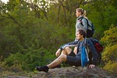 Voyageur d'homme et de femme dehors Le couple de randonneurs prend un duri de repos Photographie stock libre de droits