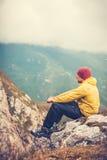 Voyageur d'homme seul détendant dans le mode de vie de voyage de montagnes Photo libre de droits