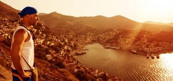 Voyageur dans la ville côtière de l'Europe Photo stock
