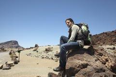 Voyageur dans le dessus d'une roche dans Ténérife Photographie stock libre de droits