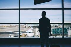 Voyageur dans le terminal d'aéroport photos stock
