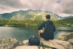 Voyageur dans les montagnes image libre de droits
