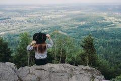 Voyageur de femme, appréciant la nature sur le sport de hausse extérieur de vacances actives d'aventure de concept de montagne photos stock
