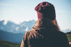 Voyageur de femme appréciant le Mountain View image stock