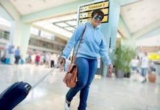 Voyageur de femme d'affaires se précipitant par le terminal d'aéroport à Image stock