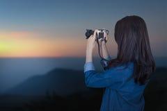 Voyageur de femme portant la robe bleue comme photographe photographie stock