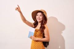 Voyageur de femme tenant le passeport et l'indication par les doigts  images stock