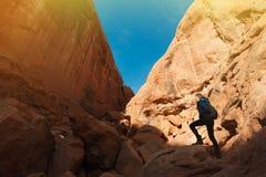 Voyageur de fille augmentant les canyons photo libre de droits