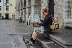 Voyageur de jeune homme regardant la carte de ville dans la vieille ville Image stock