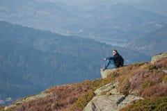 Voyageur de montagne images libres de droits