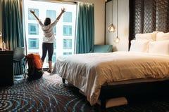 Voyageur de randonneur heureux de rester l'hôtel Photos stock