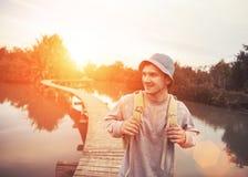 Voyageur de sourire marchant au-dessus du pont en bois Images libres de droits