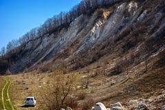 Voyageur de voiture sur un fond des collines de craie sur les banques du Images libres de droits