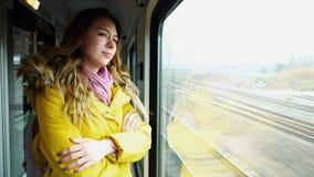 Voyageur féminin avec du charme triste que feuilles et supports sur le nea de train image stock