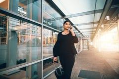 Voyageur féminin faisant l'appel téléphonique Photographie stock