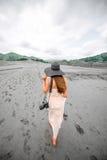 Voyageur féminin marchant près des volcans de boue Image libre de droits