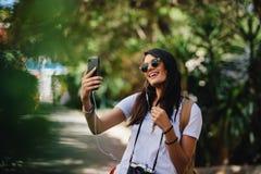 Voyageur féminin prenant le selfie photo libre de droits