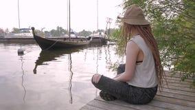Voyageur féminin sur la rivière clips vidéos